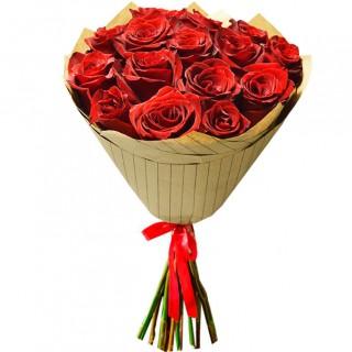 Букет Красные розы в крафте из 15 роз